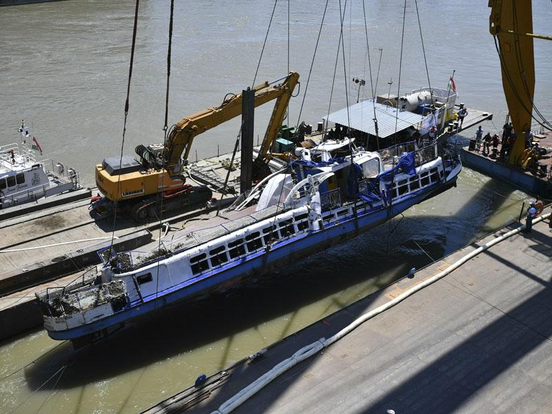 匈牙利沉船事故觀光船被打撈出水,運到布達佩斯南部一個港口檢查。AP