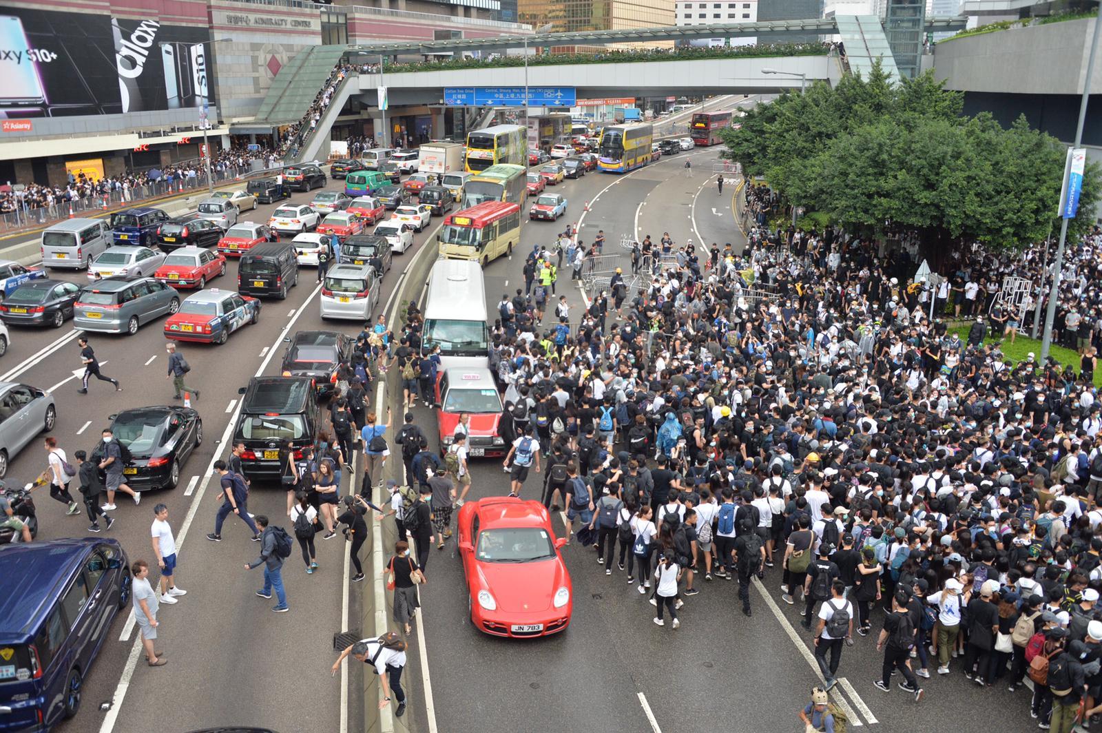 示威者衝出馬路,影響鄰近地區的交通。
