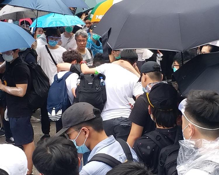 有示威者碰撞受傷由其他人扶離現場。