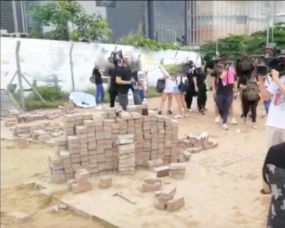 警方警告示威者切勿投擲磚頭。警方FB圖片