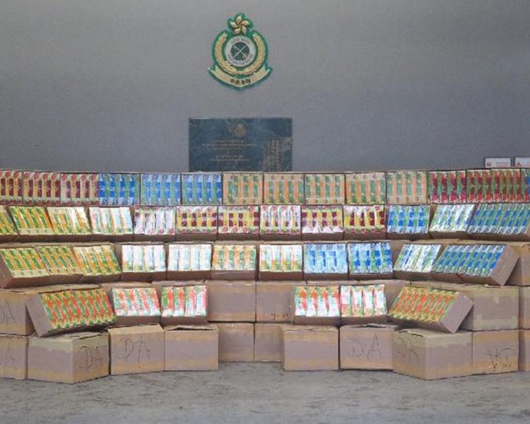 海關展示檢獲示的約3千公斤的走私水煙。圖:政府新聞處