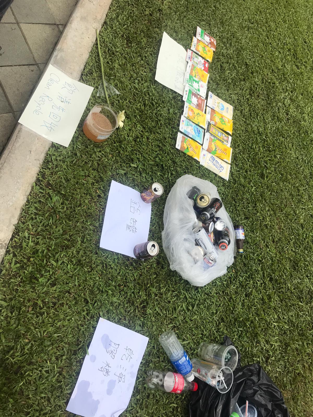 有示威人士自發執垃圾回收分類。