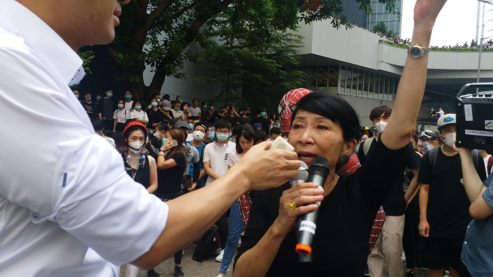 毛孟靜到場發表講話,籲特首林鄭月娥撤修例。
