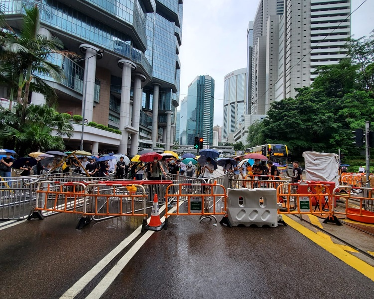 示威者推出大量鐵馬封路導致金鐘道來回線癱瘓。梁國峰攝