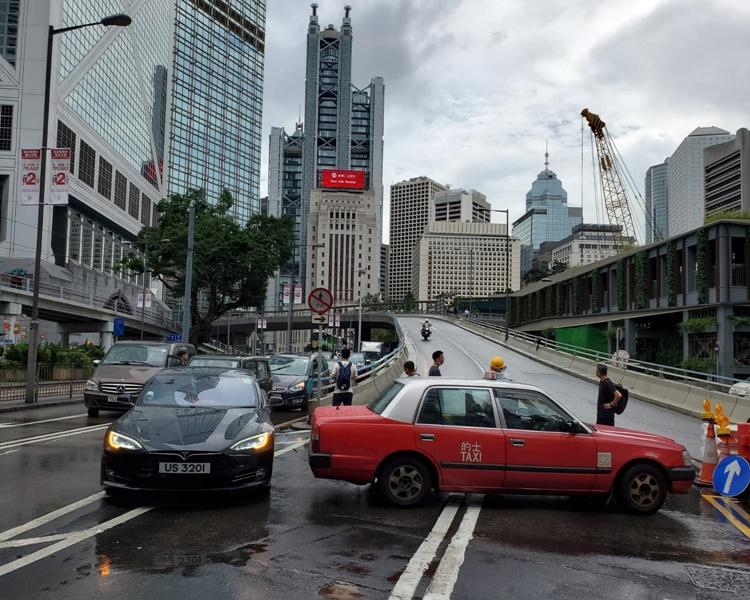 有車輛堵路。