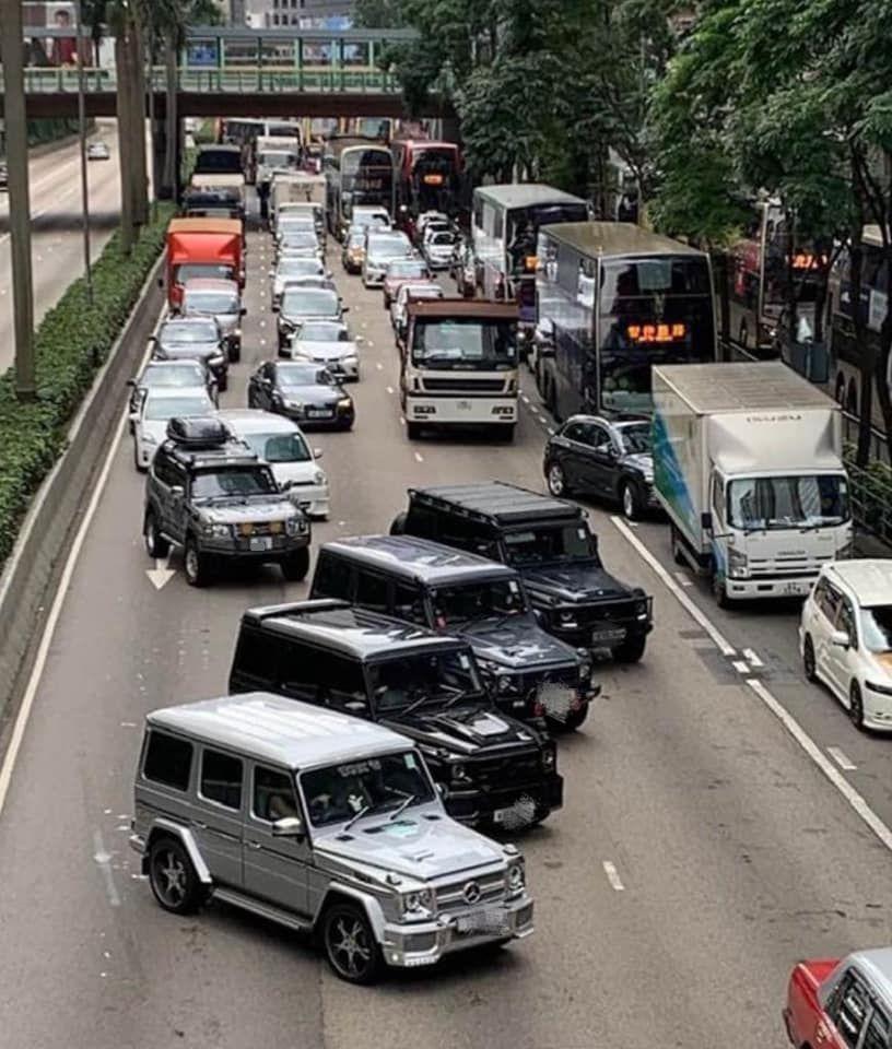 4輛私家車梯字形檔在路中心阻塞馬路。圖:網民Eric Lim香港突發事故報料區
