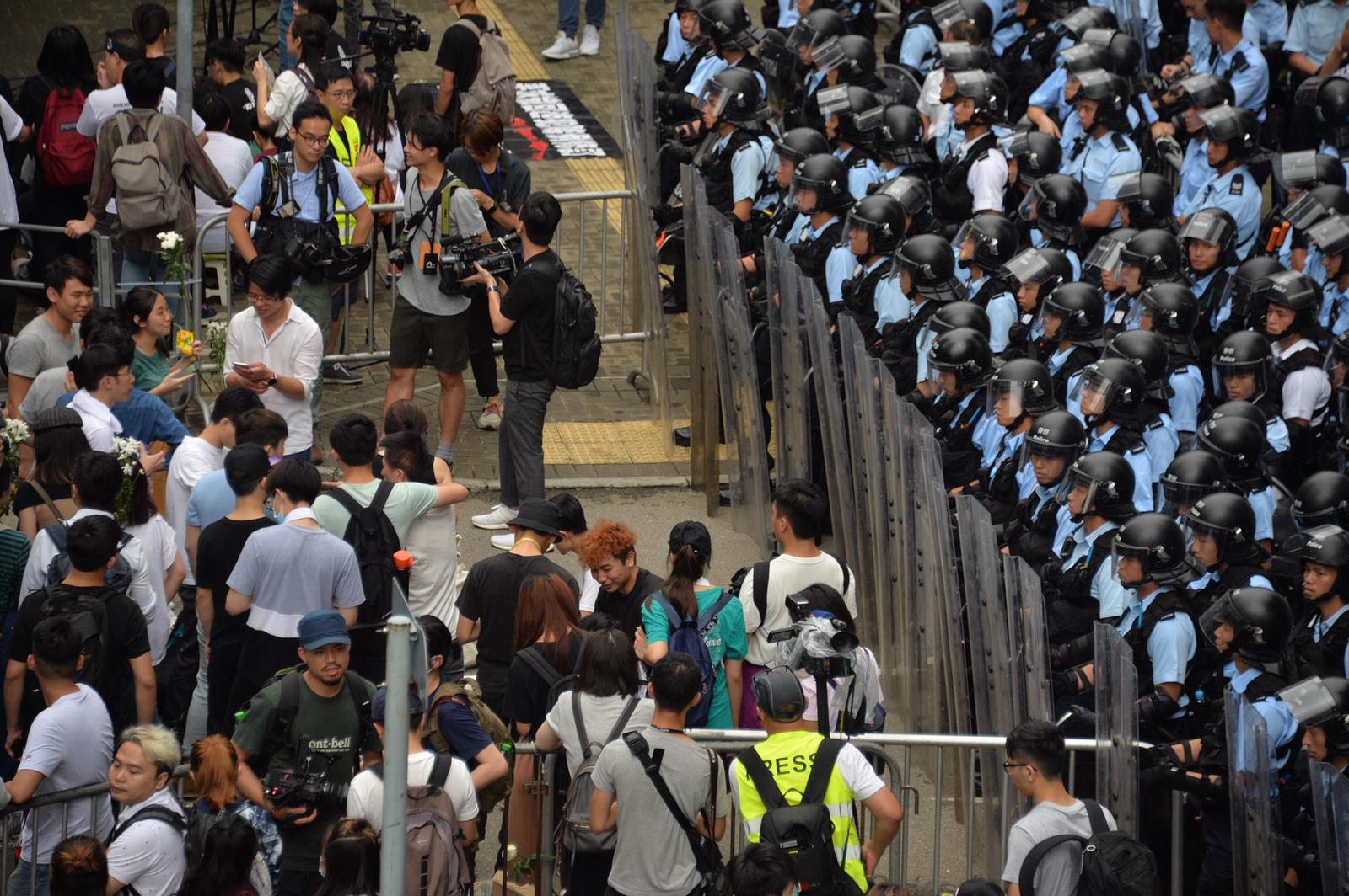 大批市民在政府總部附近集會並佔據金鐘多條街道。