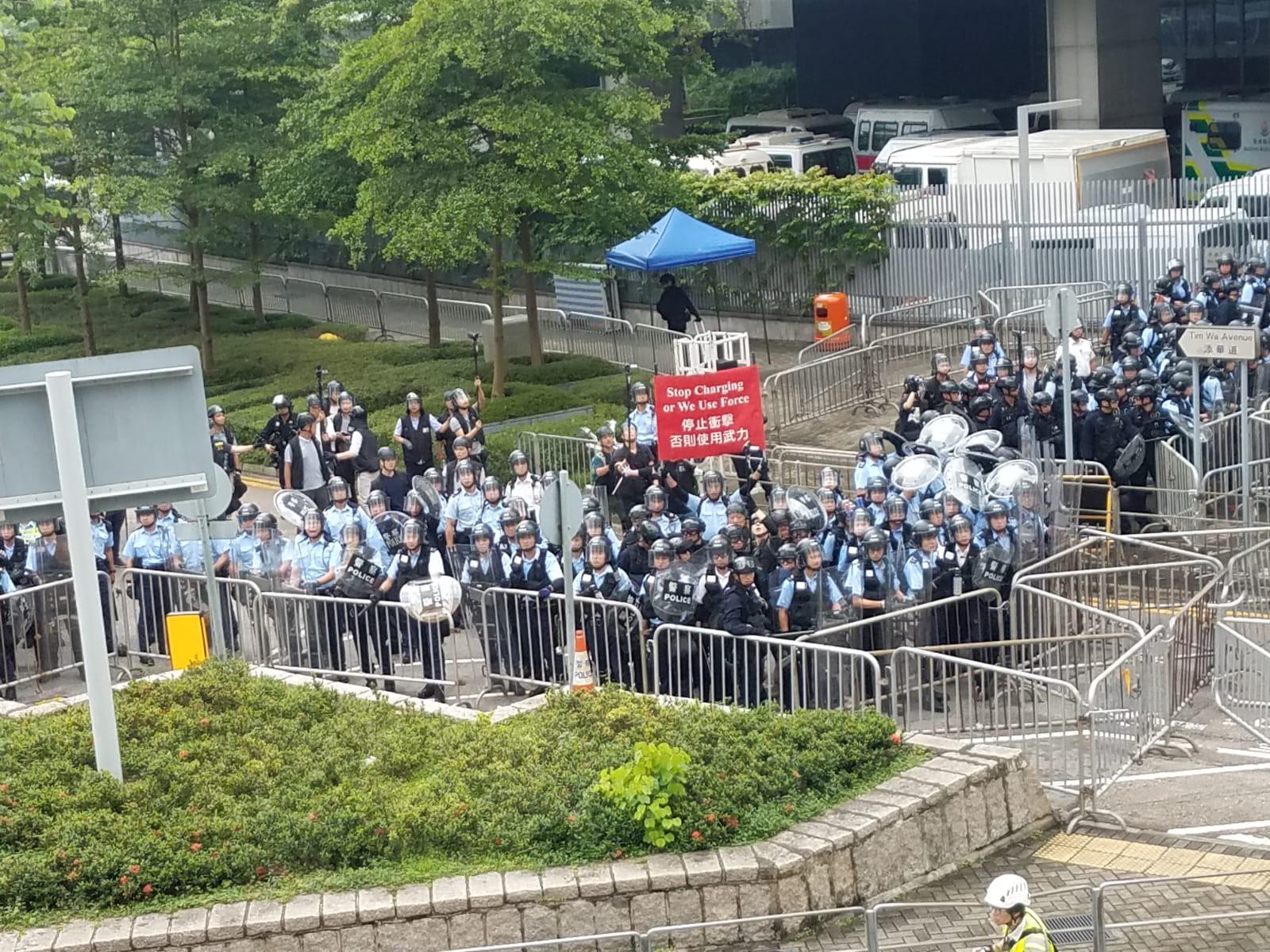 警方一度舉起紅旗。