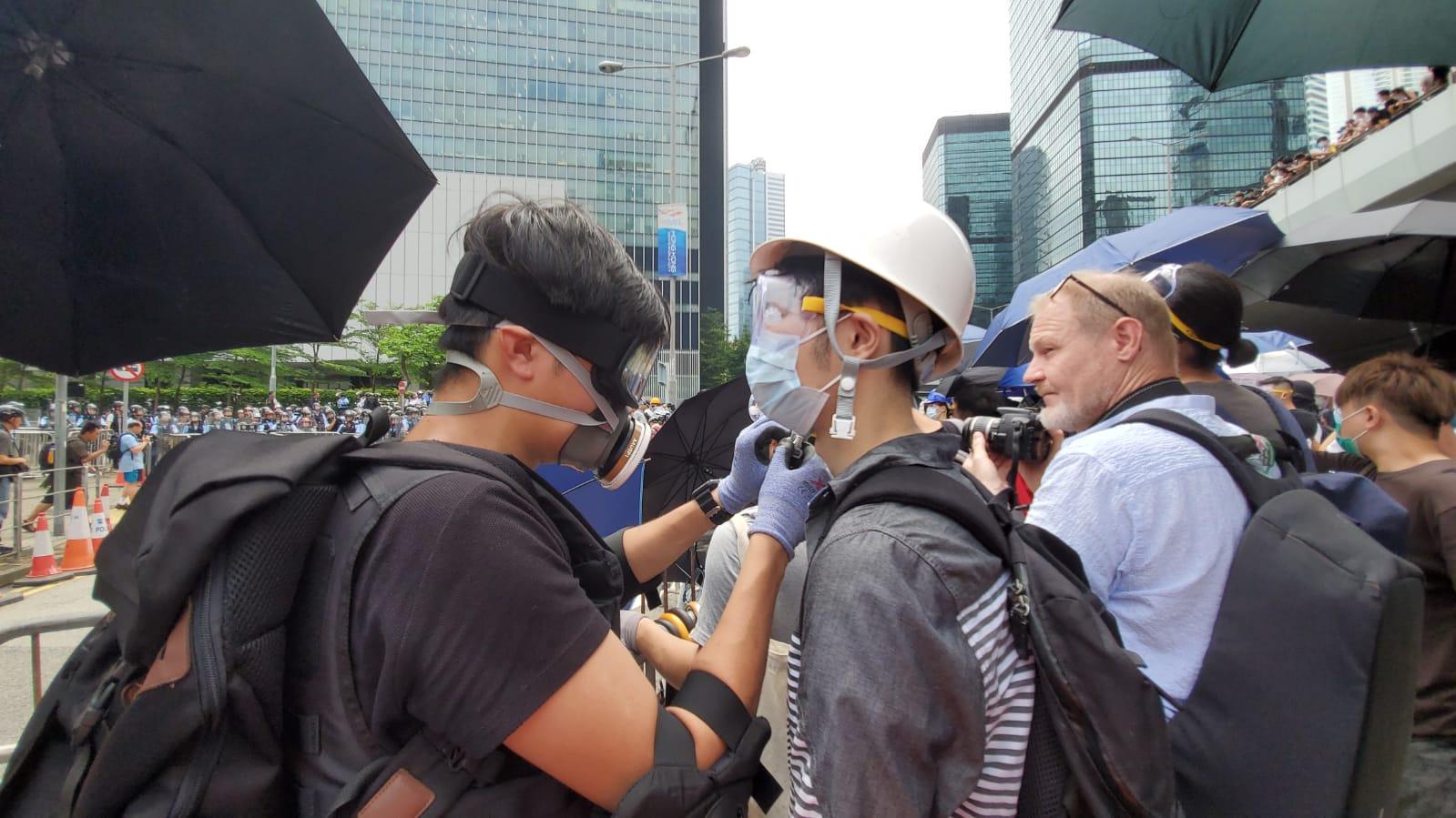 示威者帶備頭盔及口罩等。