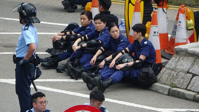 部分警員坐地上休息。