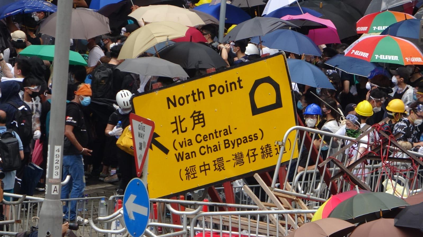 示威者築起路障。