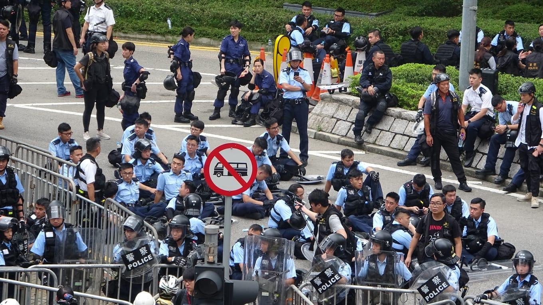 大批警員在場戒備。