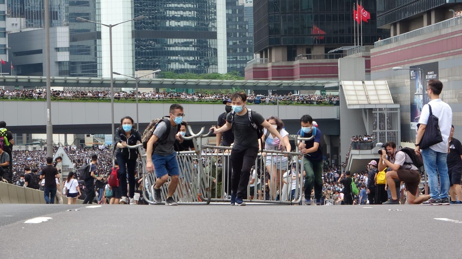 示威者衝出龍和道、夏慤道,並架起鐵馬陣佔領馬路。