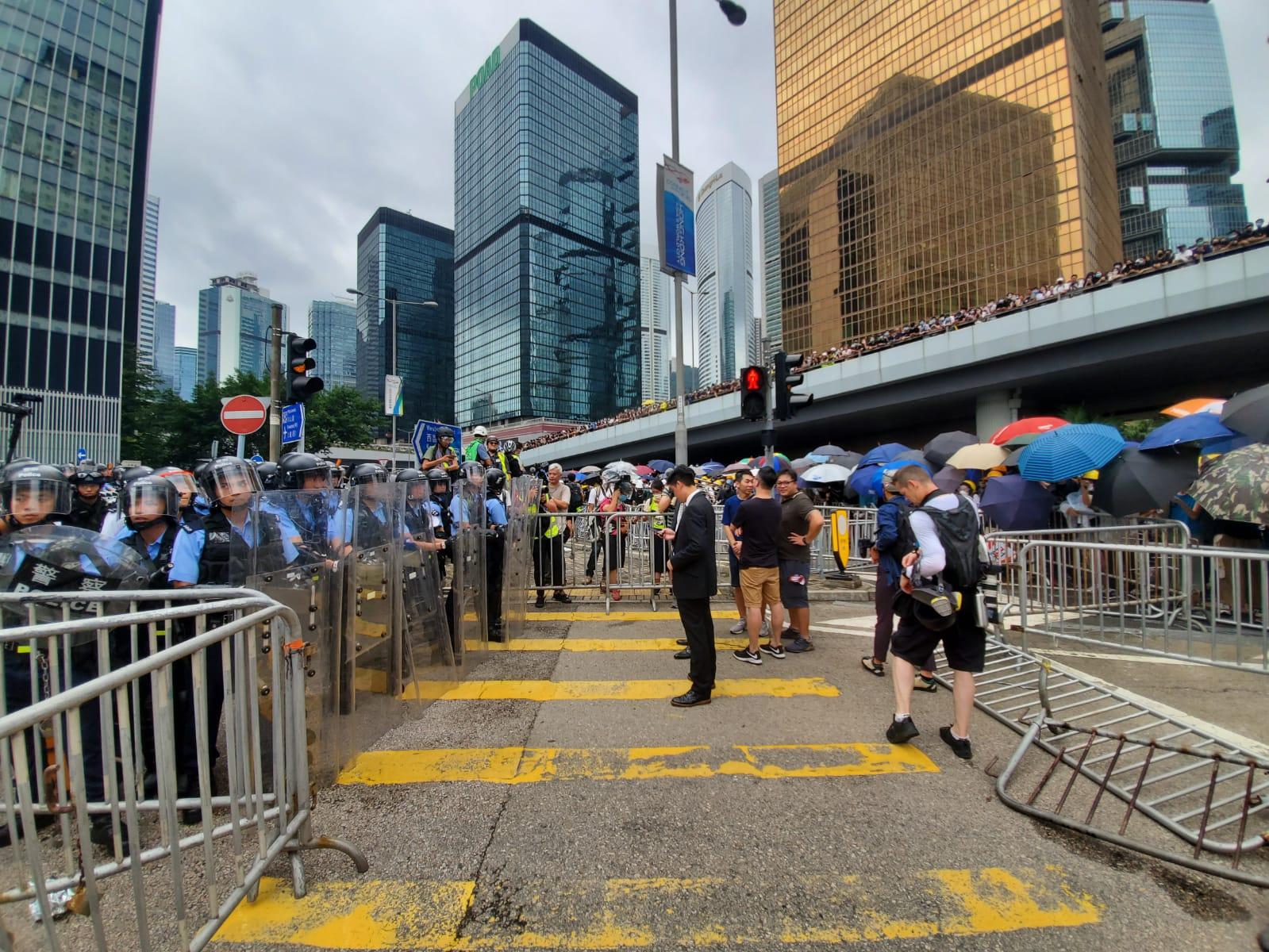 示威者佔領馬路。