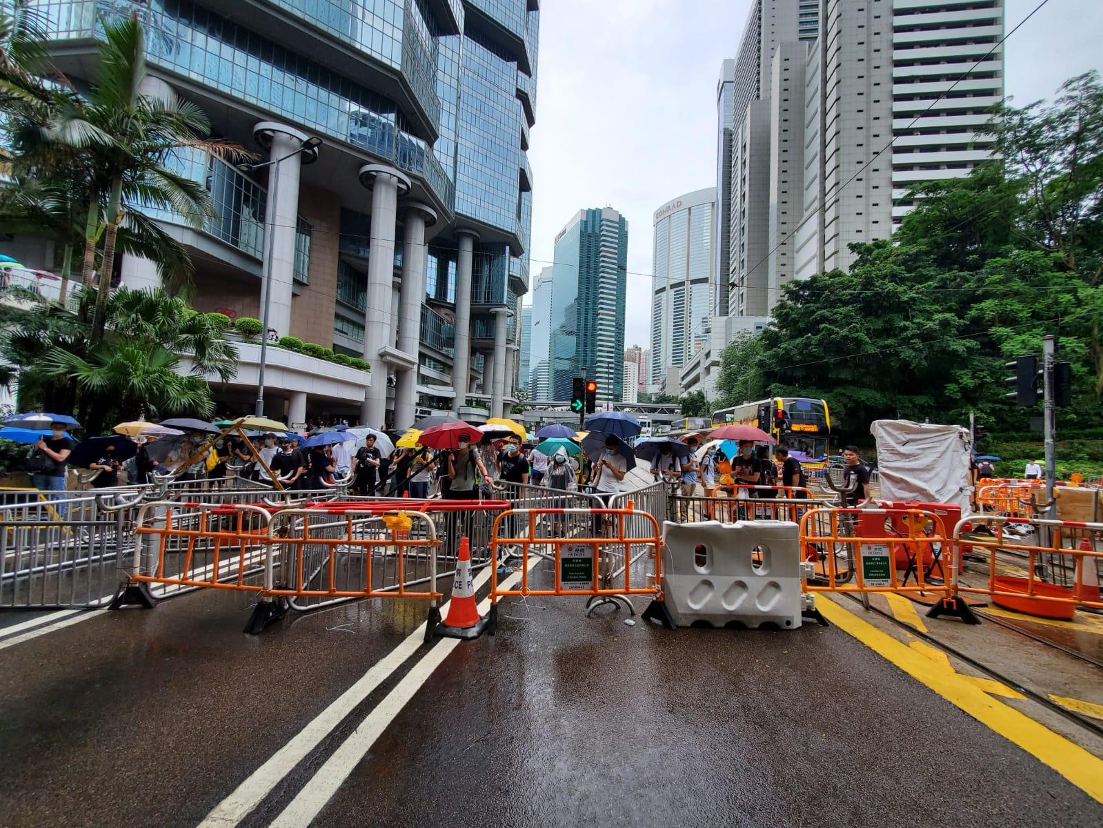 示威者架設路障。