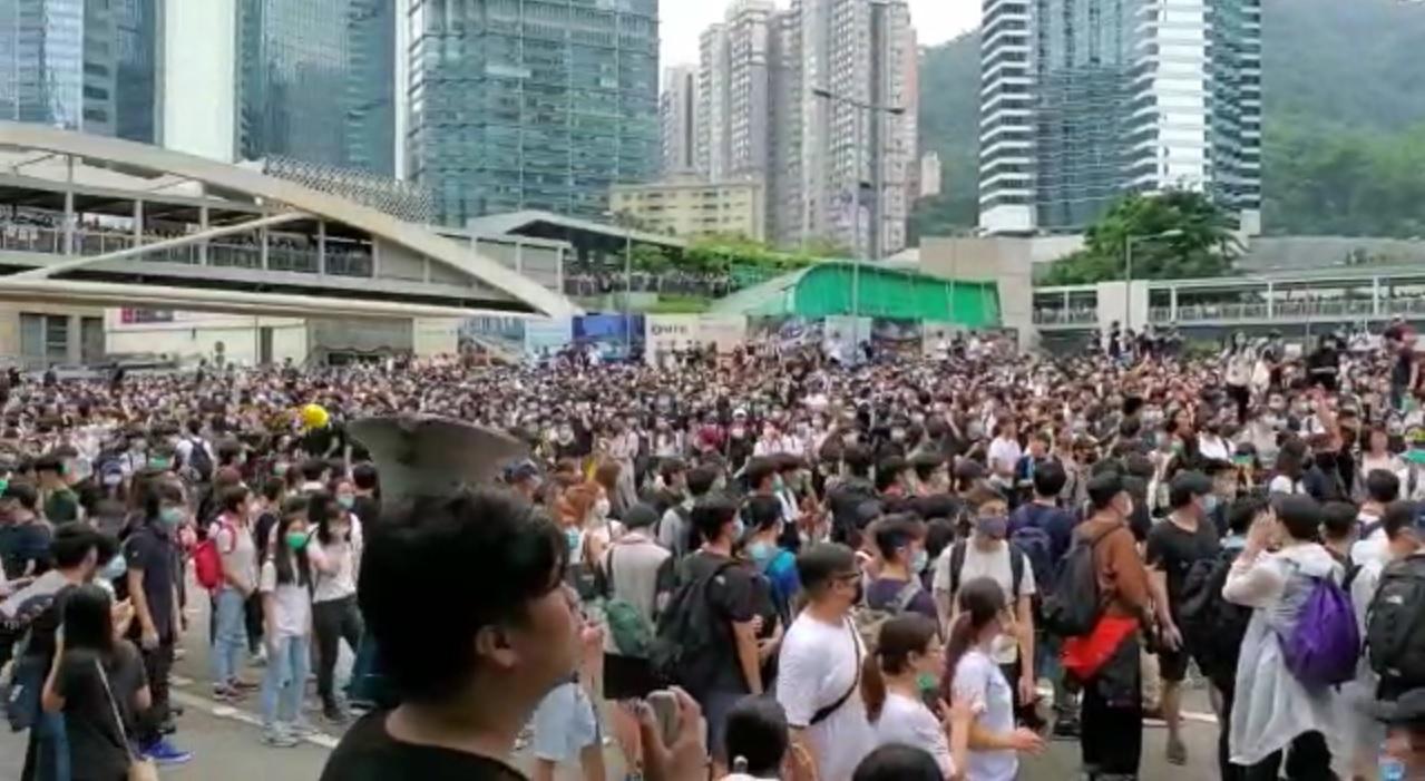 金鐘及中環一帶道路受反《逃犯條例》修訂示威者佔據。