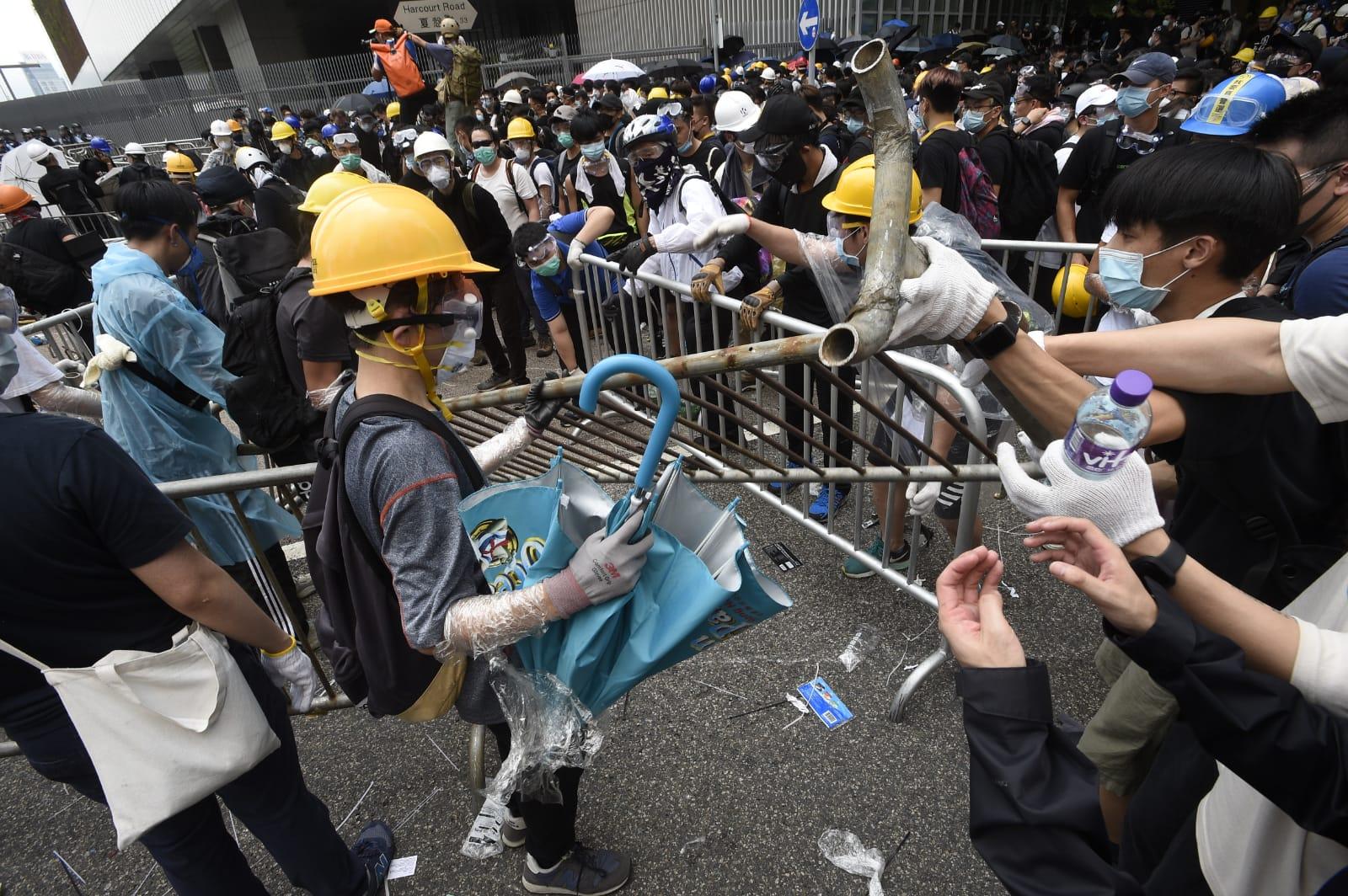 部分示威者身穿黑衣黑褲、戴上口罩及頭盔。
