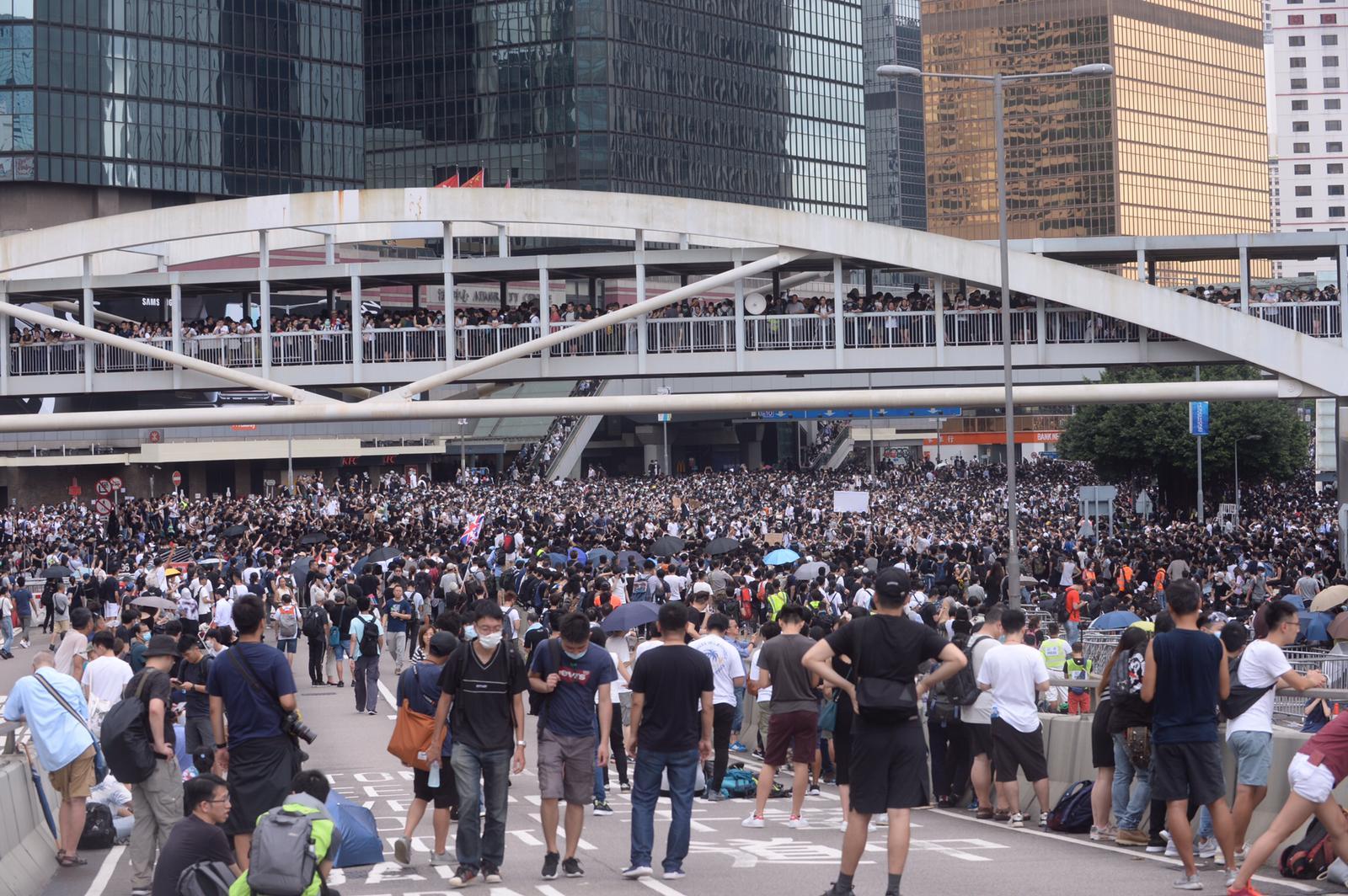 大批示威者佔據金鐘道路。