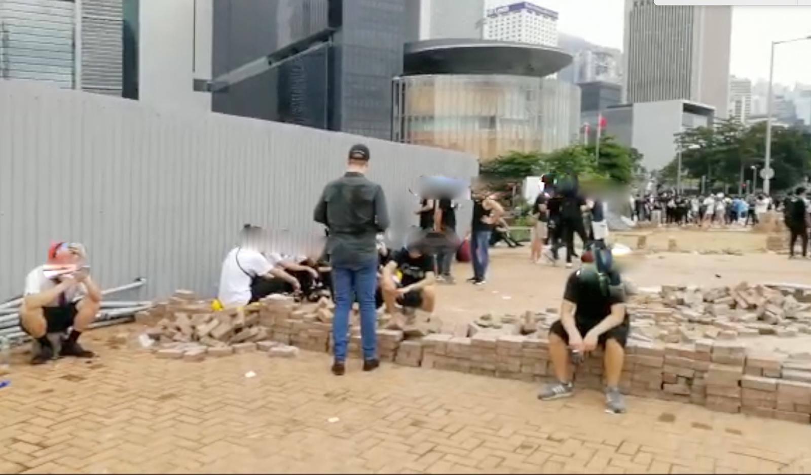 有市民掘磚。