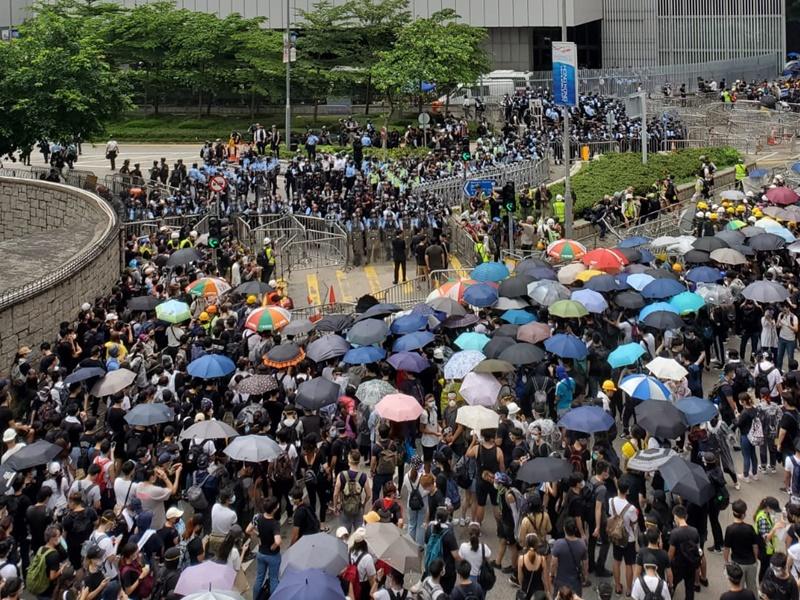 示威者與警方對峙。