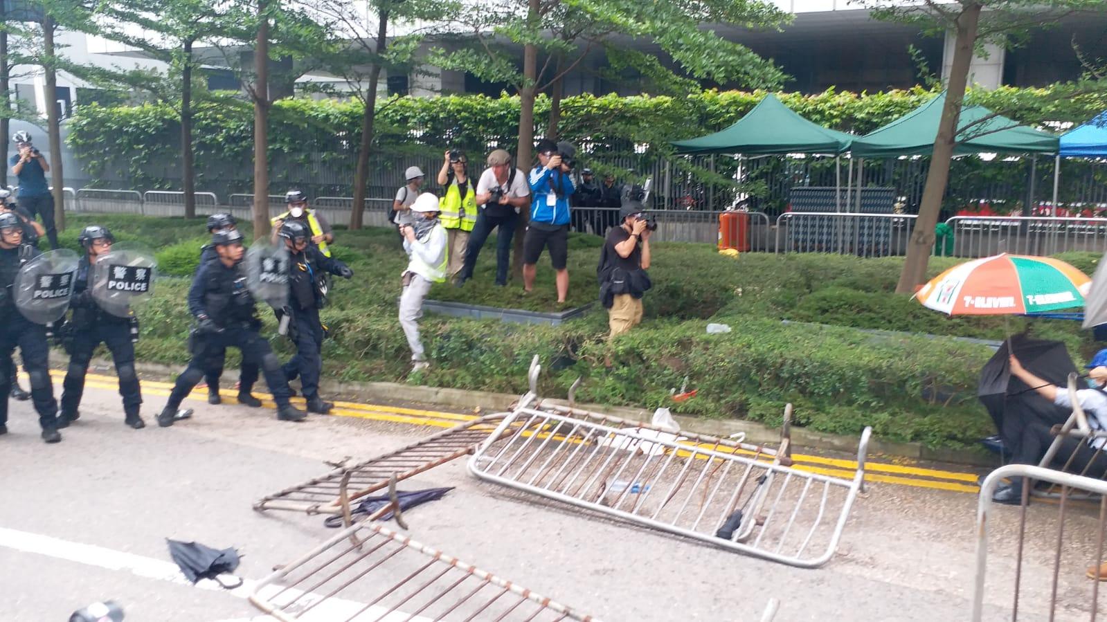 【逃犯條例】行動升級!示威者突破立會門外防線 警發射布袋彈催淚彈