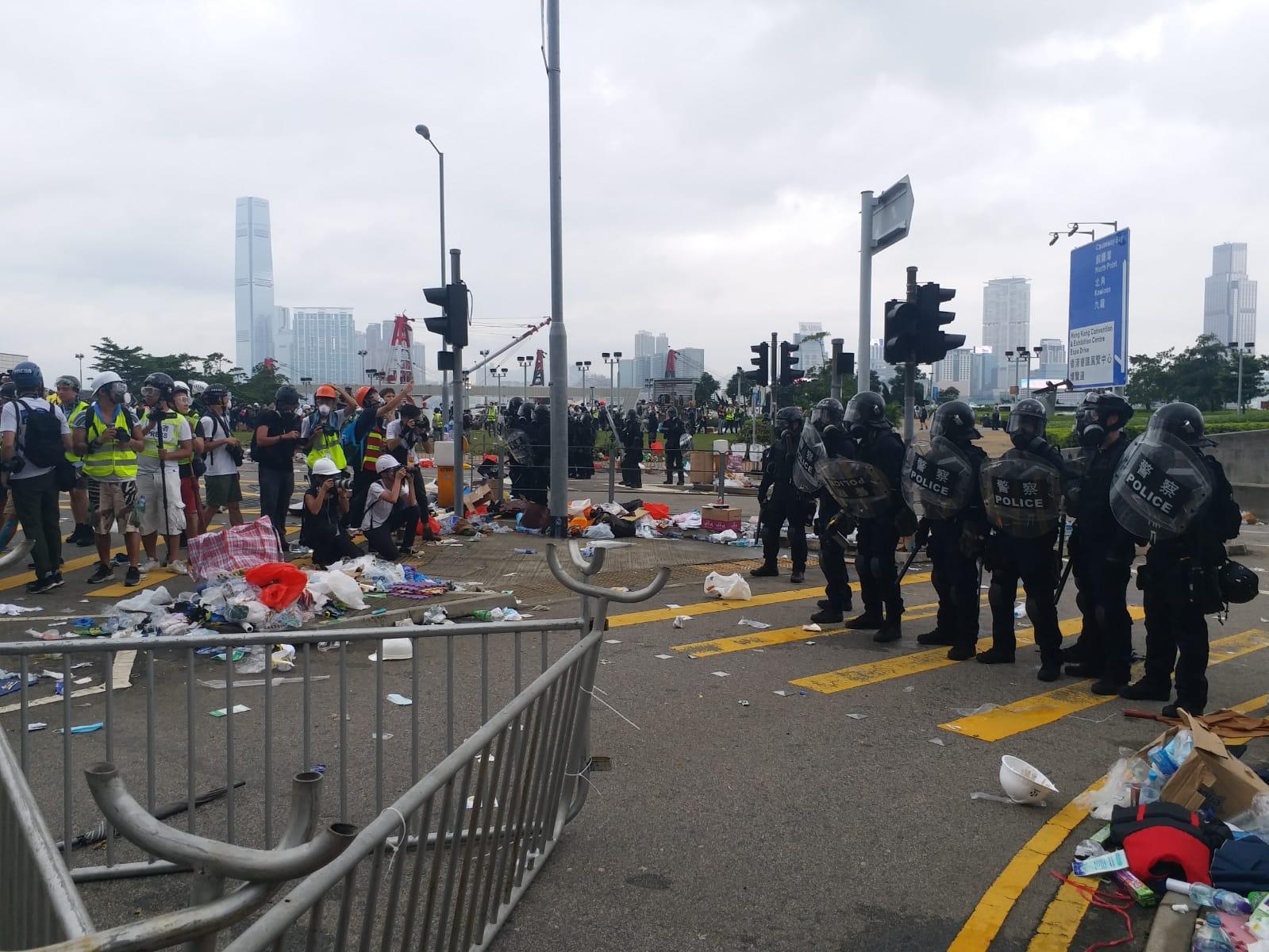 警方警告示威者停止暴力行為,否則會以適當武力制止。