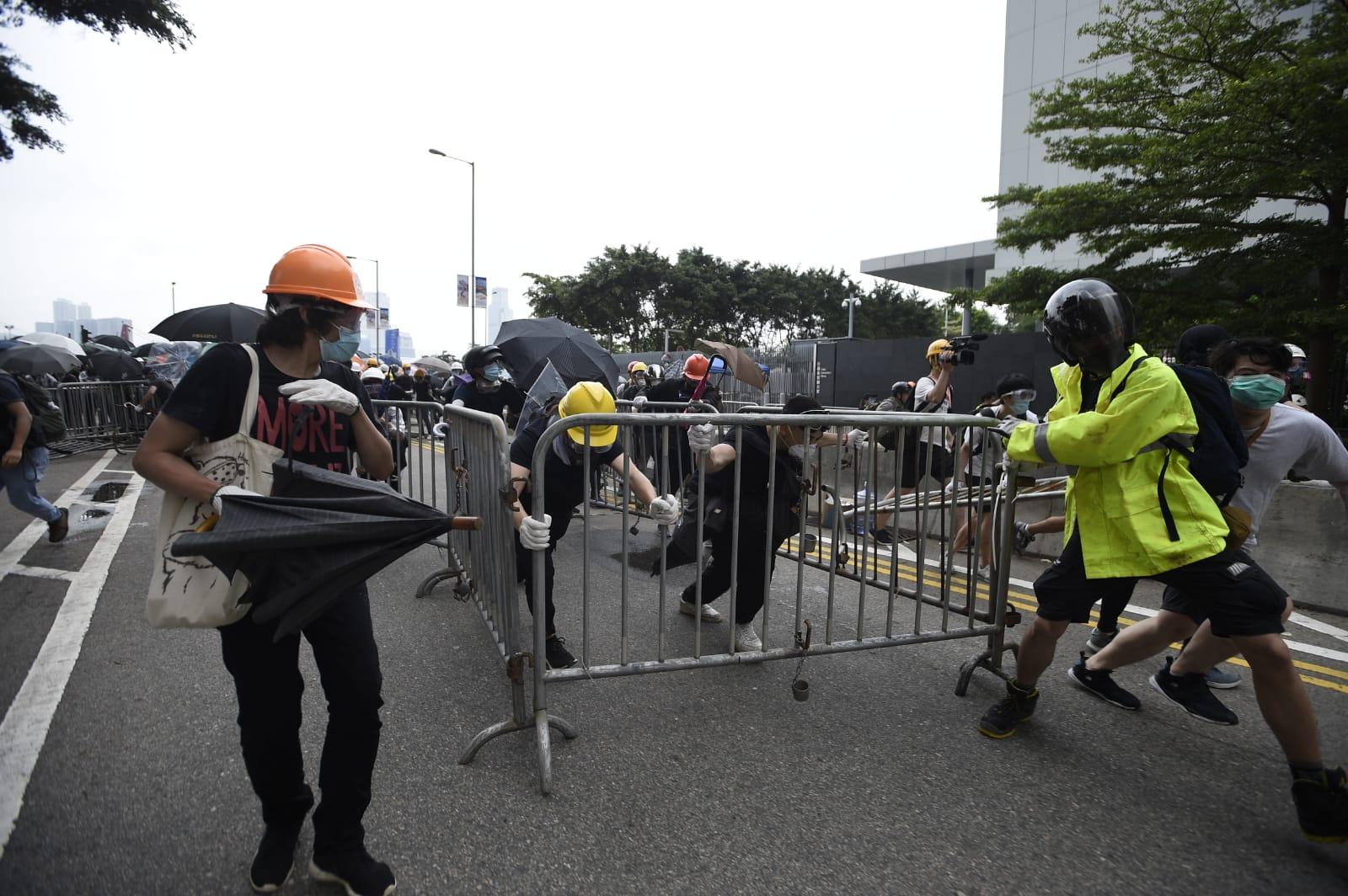 【逃犯條例】警告示威者停止衝擊 警:否則以適當武力制止