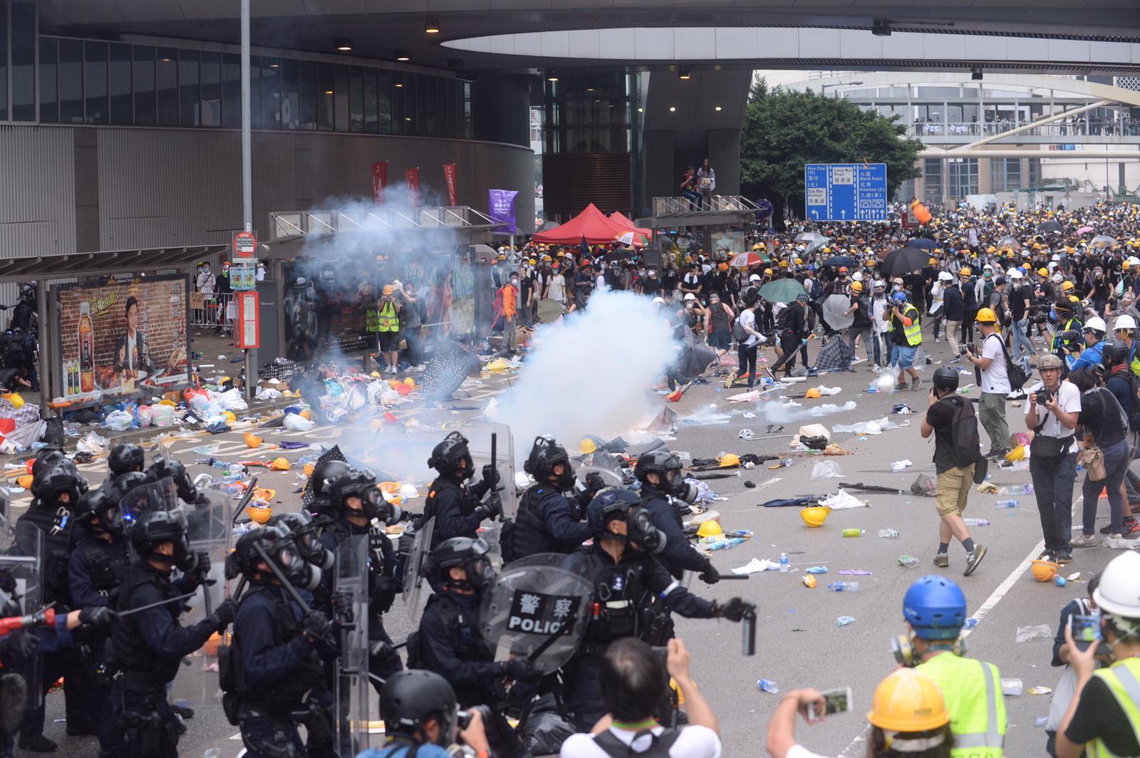 下午3時示威者發動衝擊,警方不斷施放多枚催淚彈。