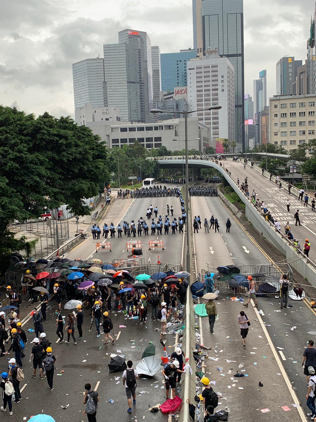 示威者退至夏慤道