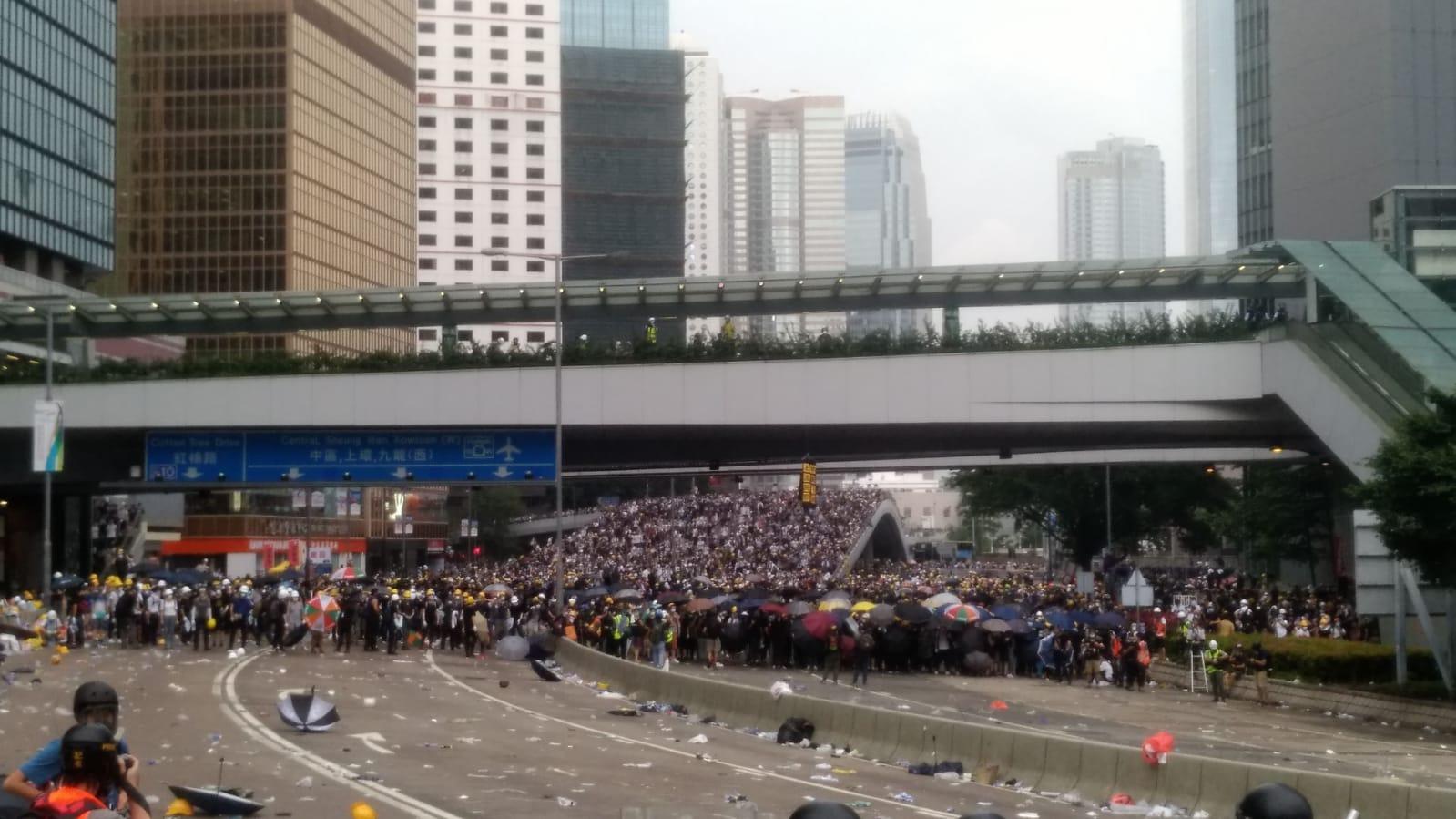 示威者同警方對峙。