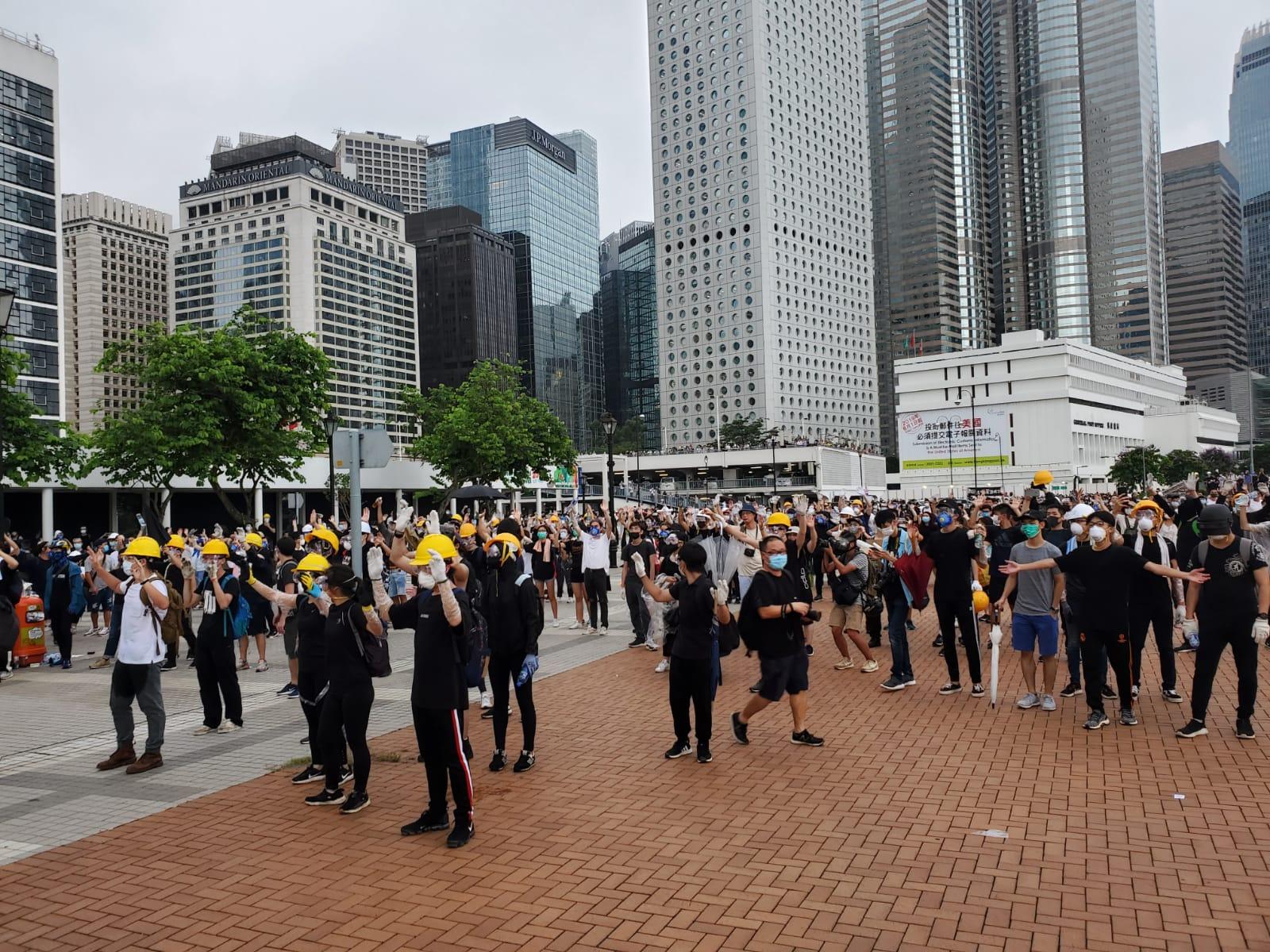 示威者與防暴警察局面僵持