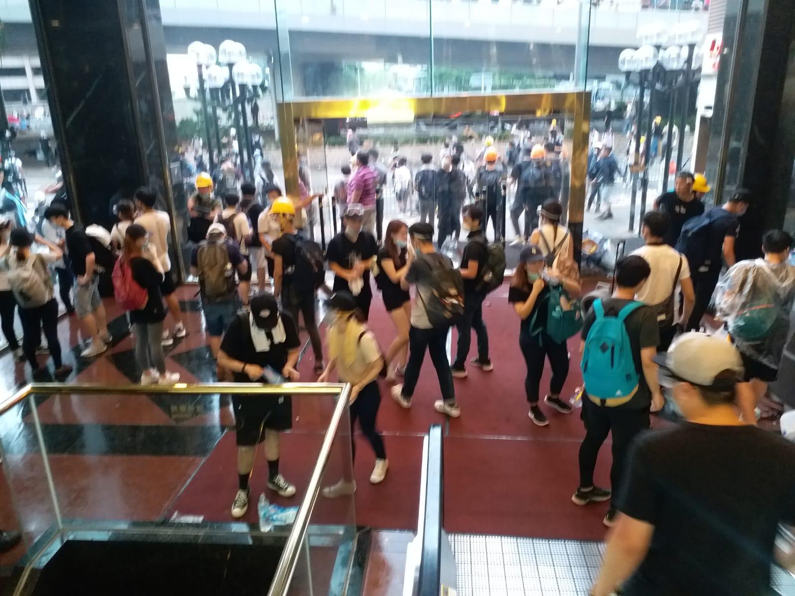 遠東金融中心基座商場亦成了示威者的庇護處。