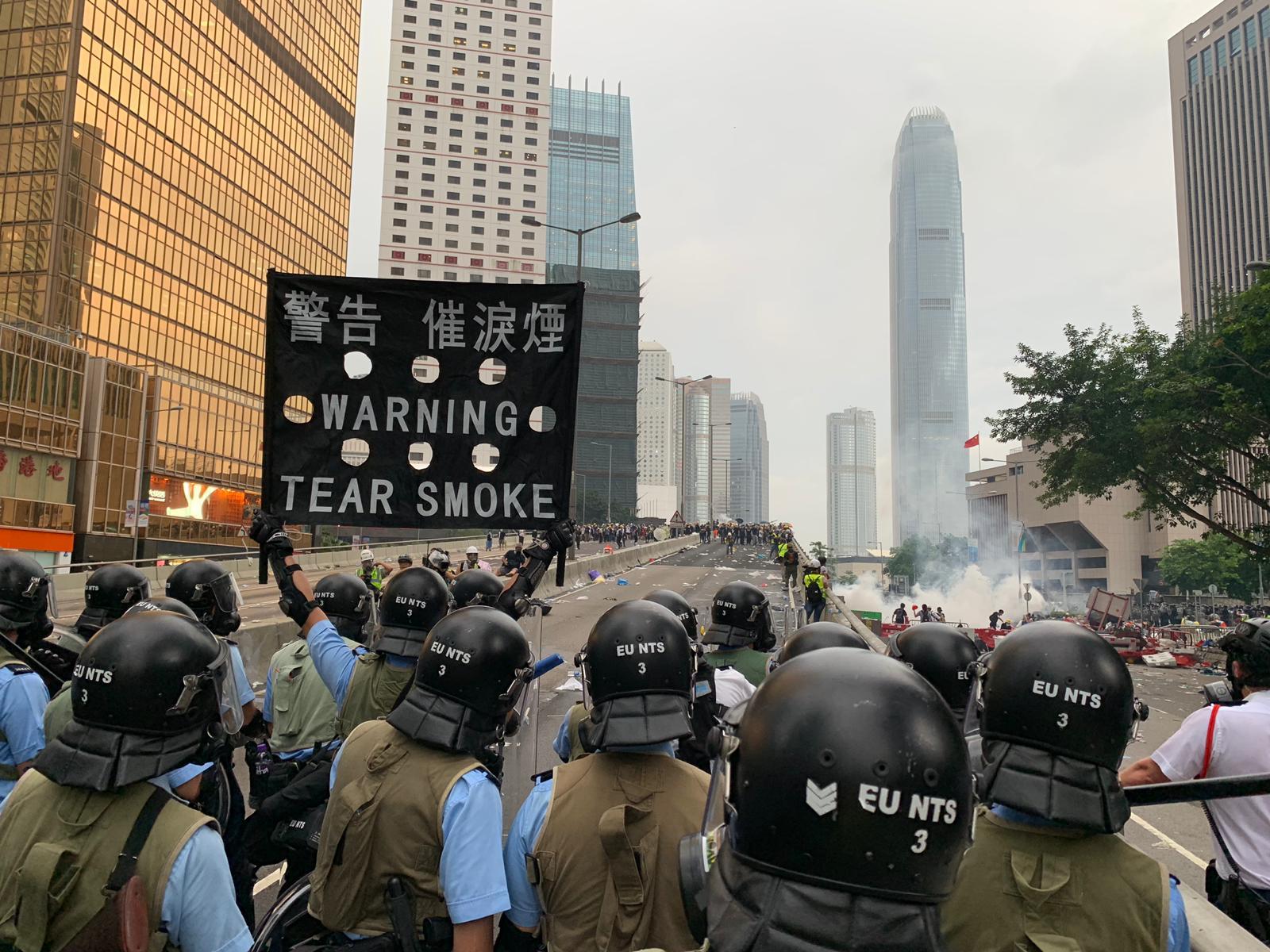 警方連續發射多枚催淚彈驅散示威者。