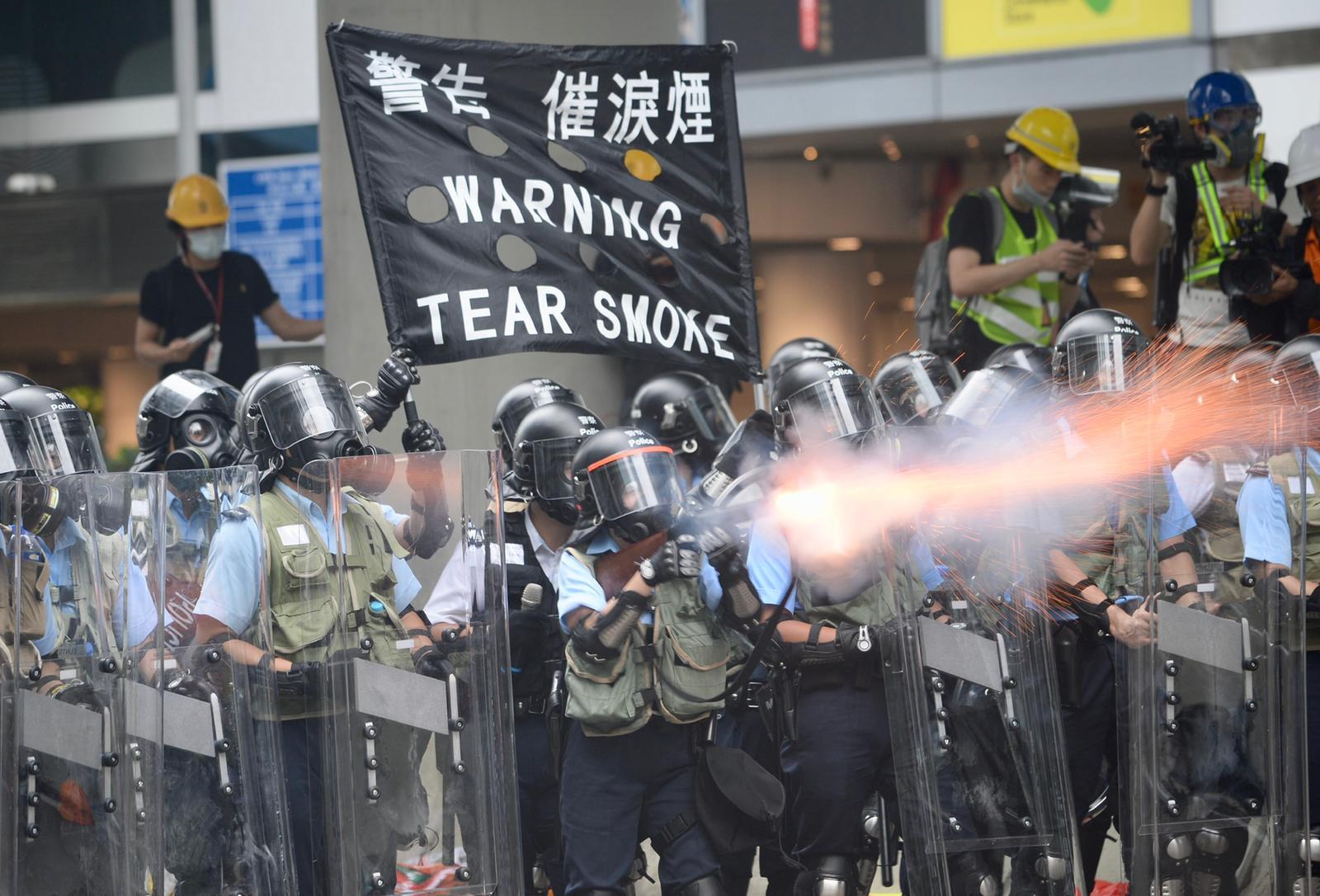 警方發放催淚彈及布袋彈、橡膠子彈驅散示威者