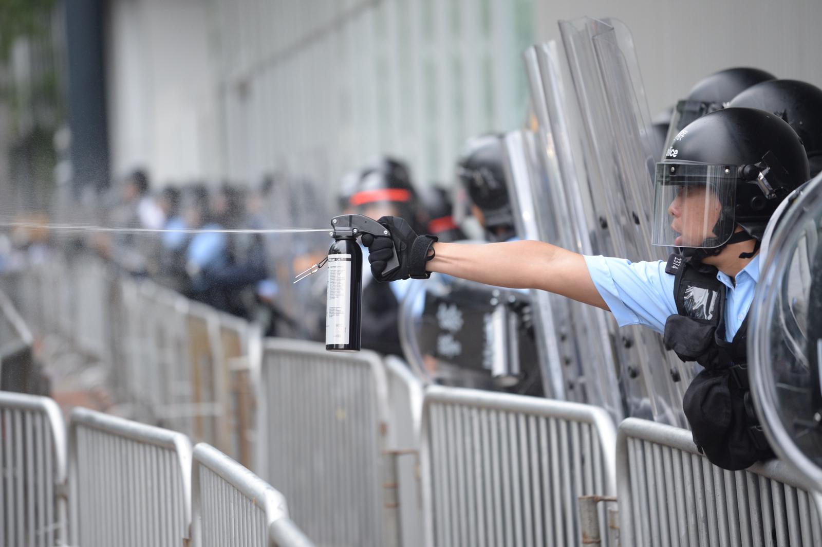 【逃犯條例】警方指示威者放火鐵枝磚頭襲警 警告無效遂提升武力