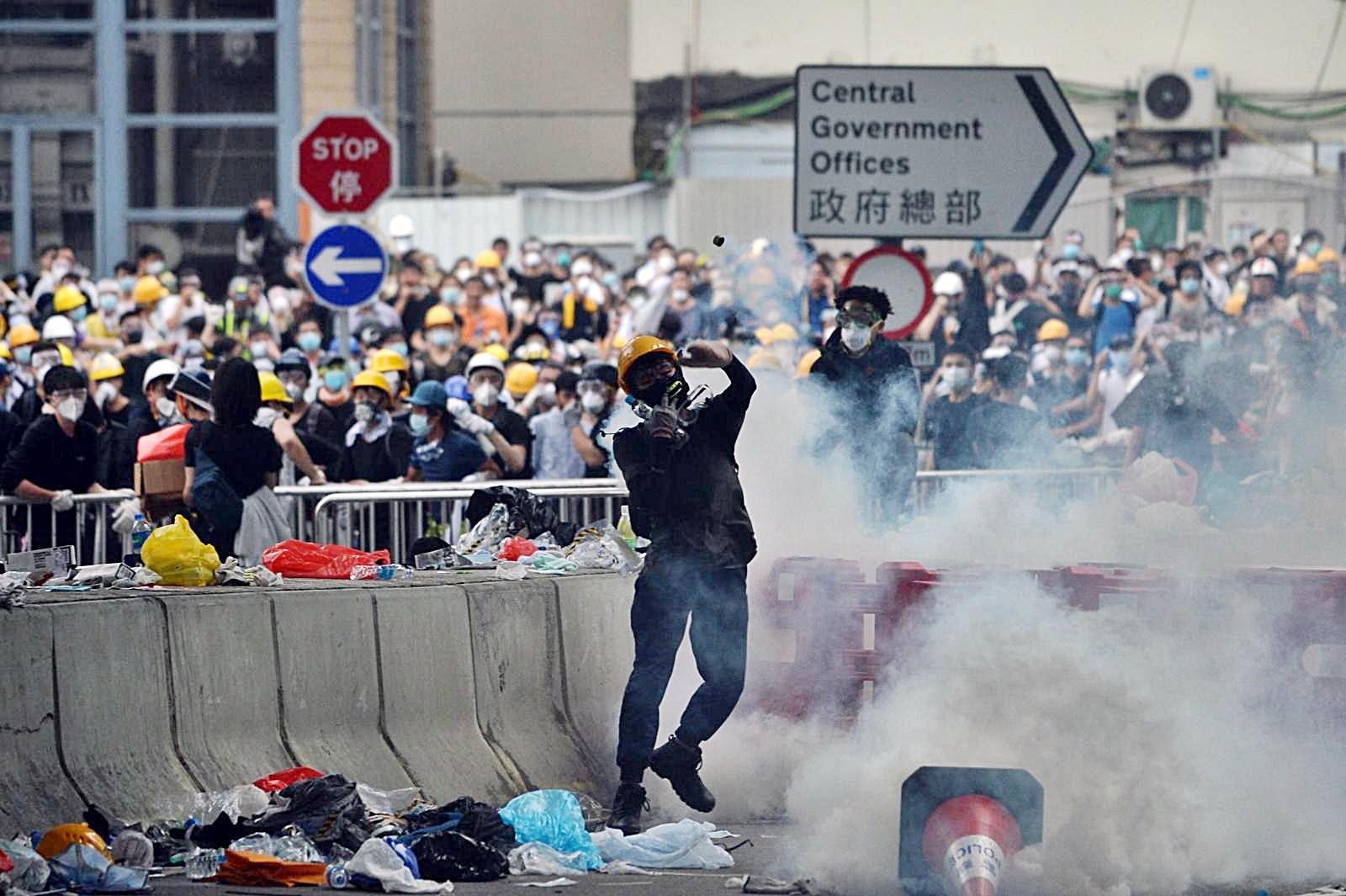 部份示威者帶頭盔眼罩應對警方的驅趕。