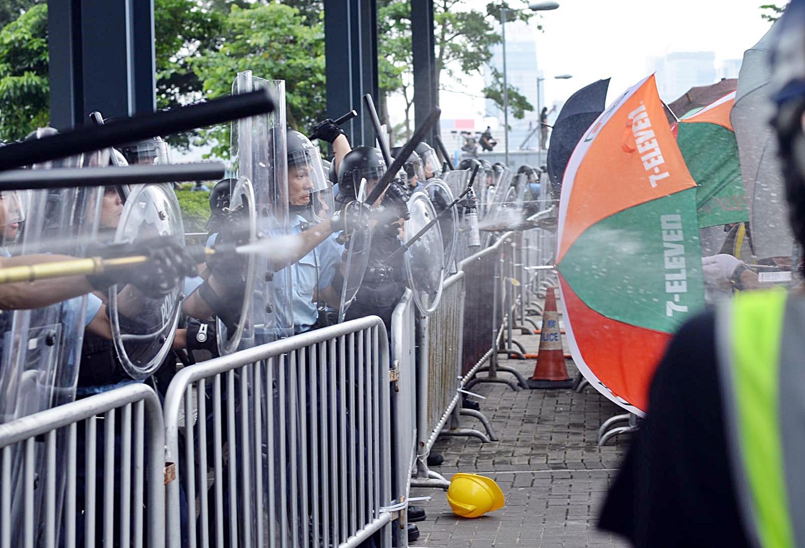 示威者用雨傘抵擋警方的攻擊。