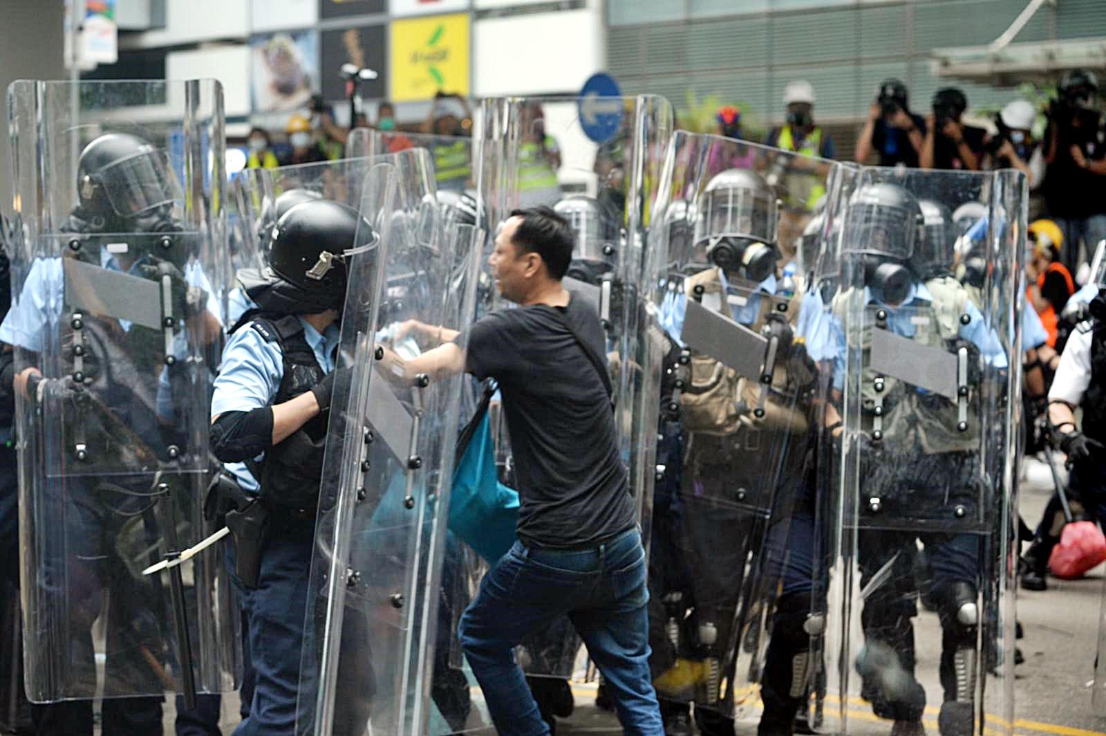 示威者圖突破警方防線。
