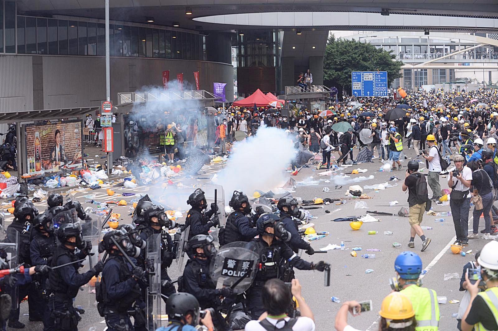 警方多次發射布袋彈、橡膠子彈及催淚彈。