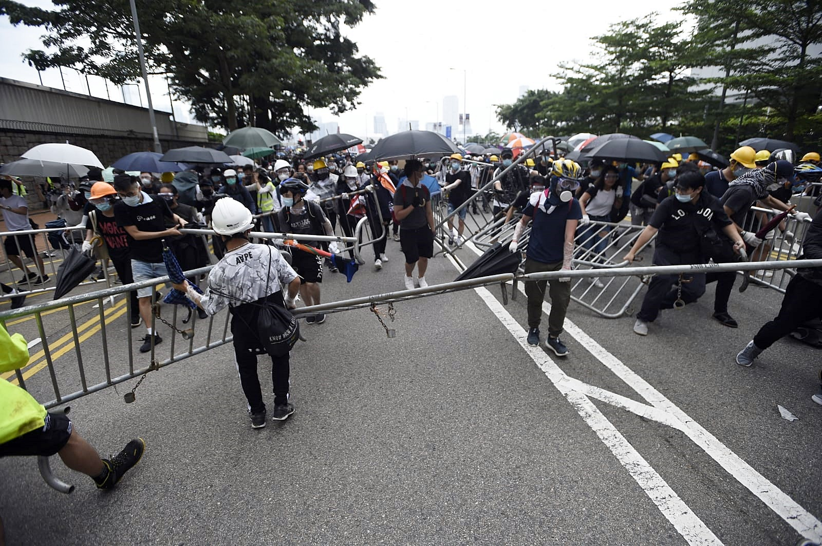 示威者搬動鐵馬作路障。