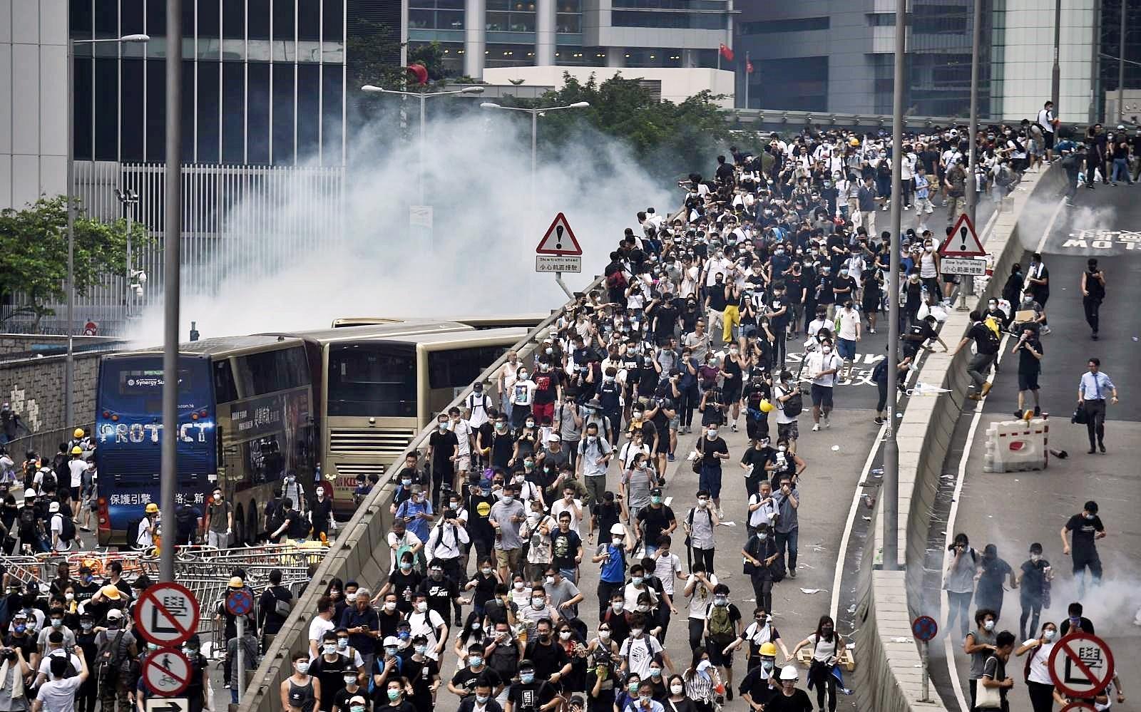 警方驅趕示威者。