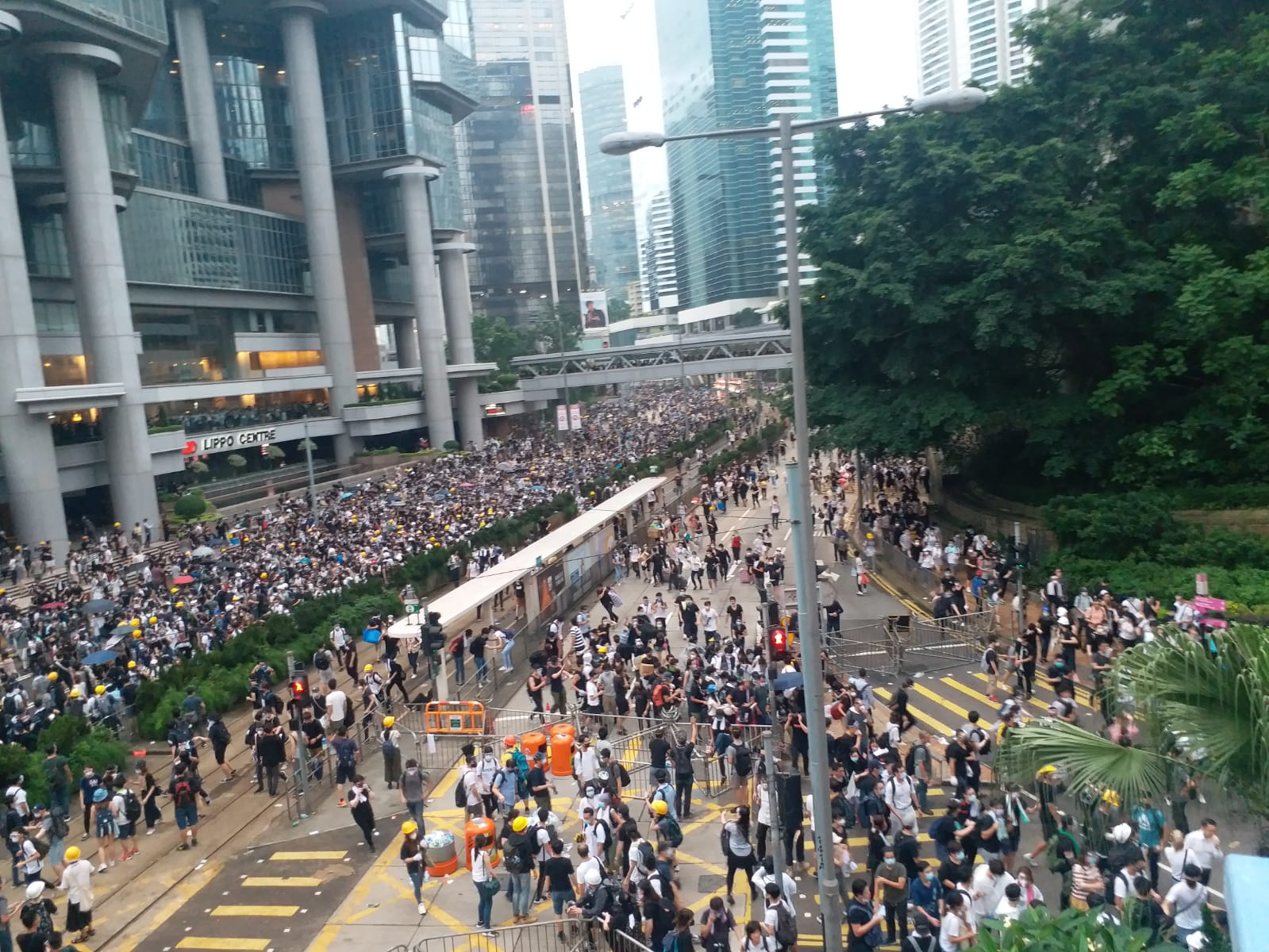 示威者向中環方向撤退。