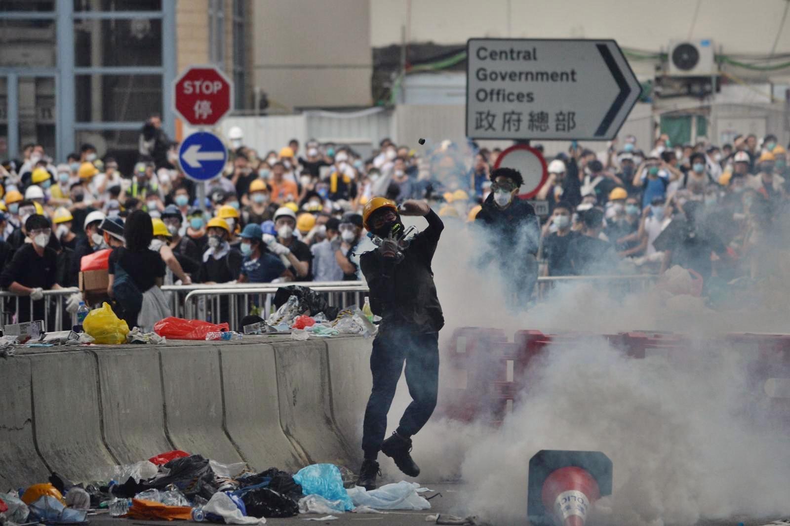 警方多次施放催淚彈。