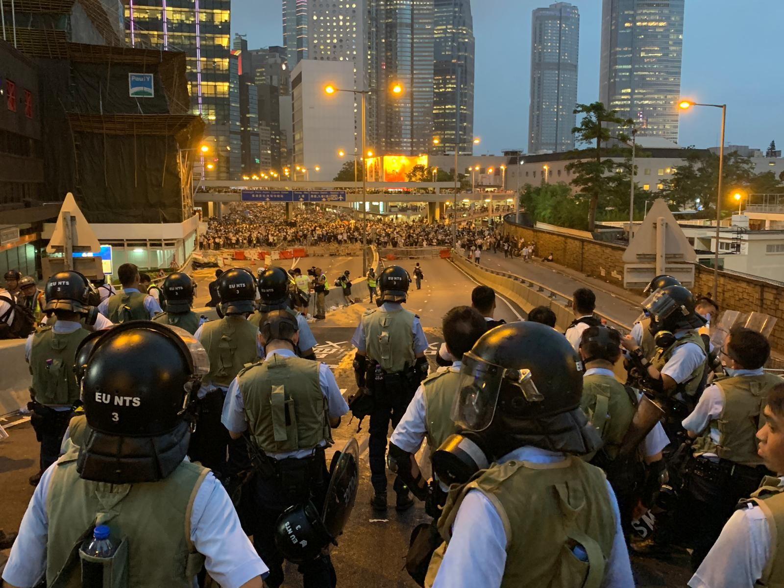 警方隨即在天橋戒備,氣氛一度緊張。