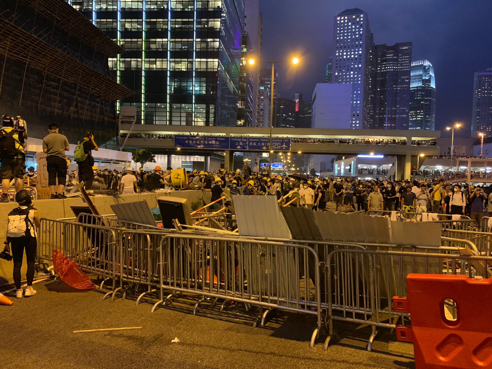 示威者干諾道設路障。