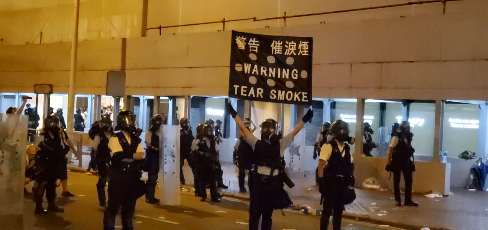 防暴警舉旗警告放催淚彈