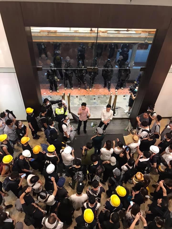 大批示威者仍在太古廣場聚集。Gi Lam圖片
