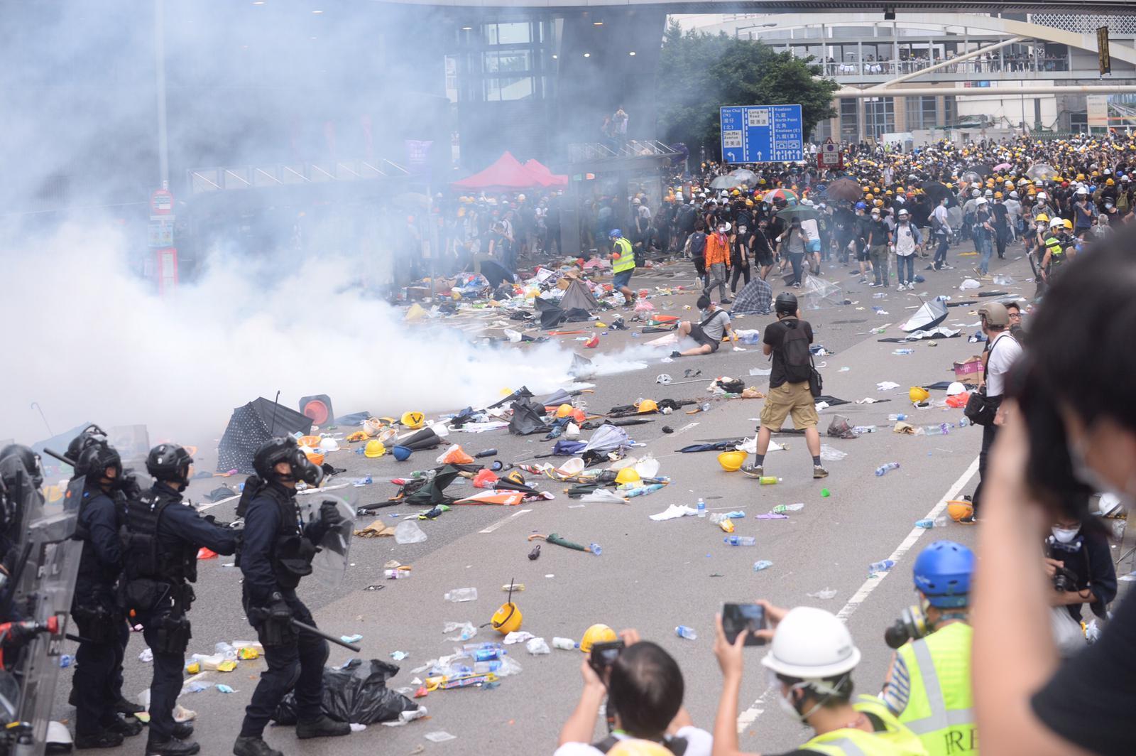 英國外相侯俊偉聲明,呼籲示威者冷靜。