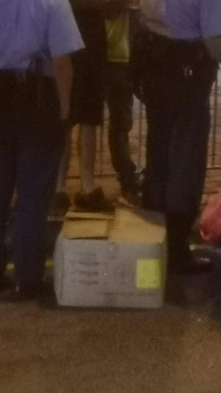警察在車內的紙盒中搜查出頭盔。
