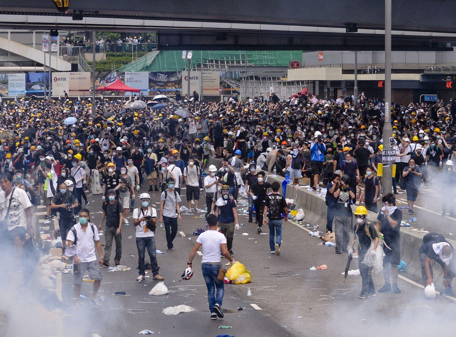 民陣批評林鄭月娥容許警方以催淚彈及橡膠子彈射向學生。